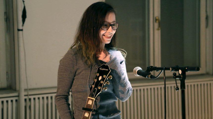 Theaterspielen macht schön und selbstbewusst! Ein Mädchen traut sich das erste mal vor der Gruppe Gitarre zu spielen.