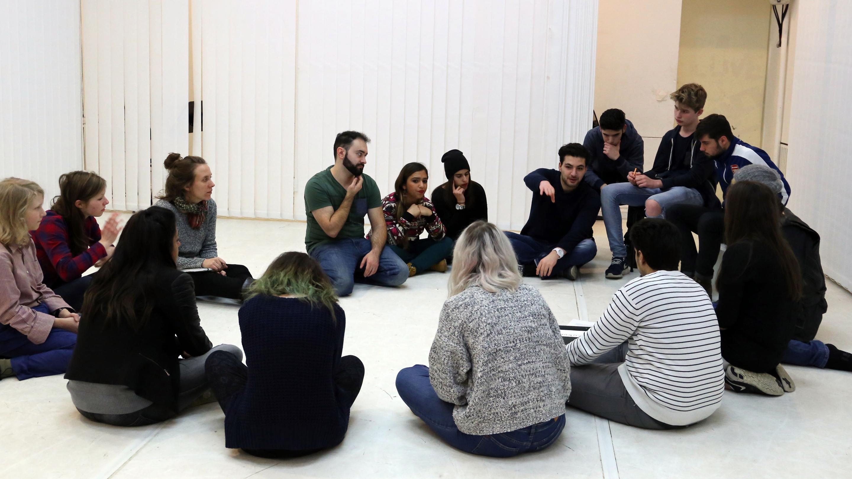 Krisengespräch oder Anfangsrunde? Jugendliche diskutieren während der Probe über die Auswahl der entstandenen Szenen.