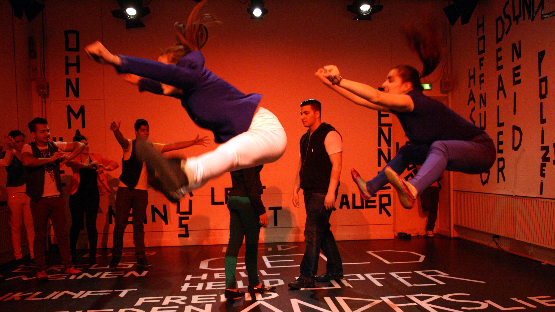 Bei der Produktion «Living in Translation» verständigen sich junge Roma mit der Sprache des Theaters und zeigen ihre Sicht auf die Welt.